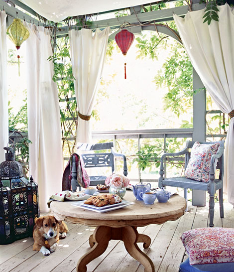 outdoor dining_porch curtains white grey moroccan lantern blue natural red summer_perfectlycontent_photos Michael Skott_tradtional home