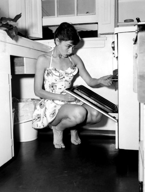 audrey-hepburn-cooking-oven-swimsuit