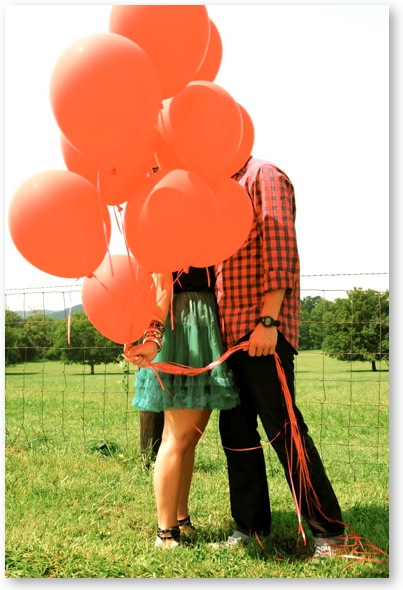 engagement-shoot-photo-picture-balloons-couple-hiding