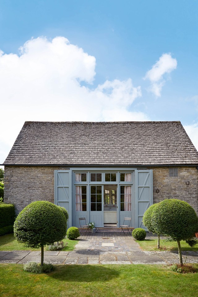 emma-burns-converted-barn-country-house-colefax-fowler-garden-february-1
