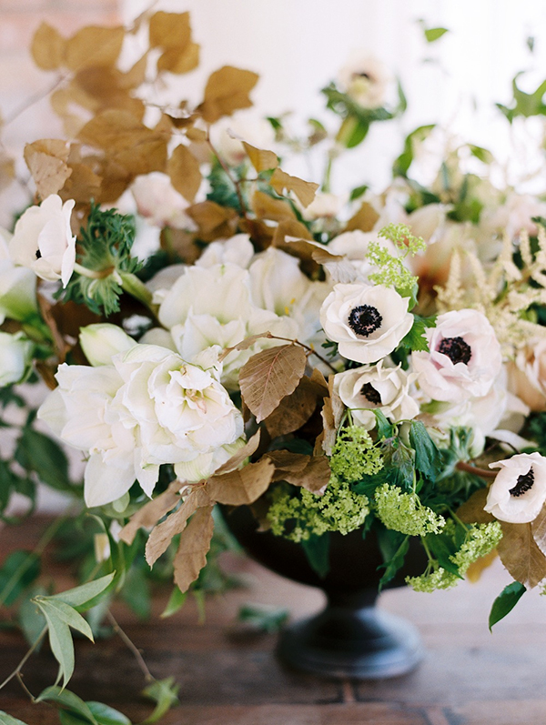 winter-wedding-flowers-anemone-sarah-winward-leopatrone