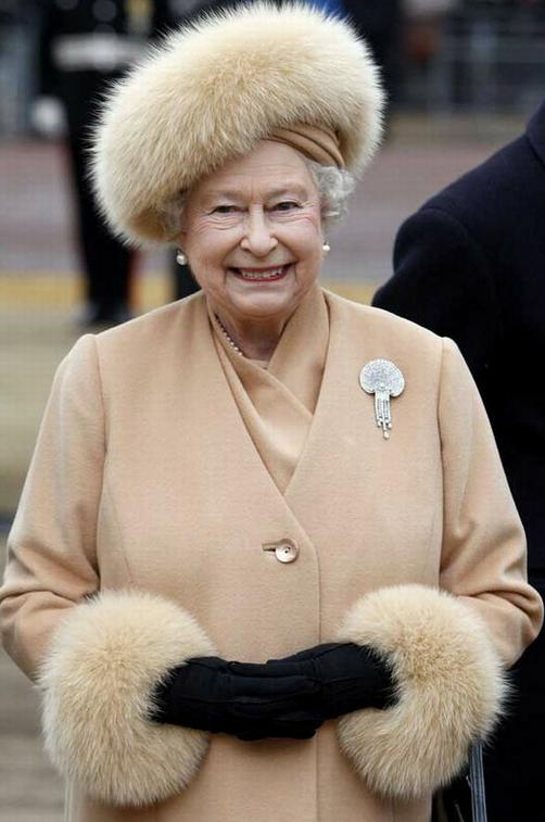 queen-elizabeth-II-fur-fashion