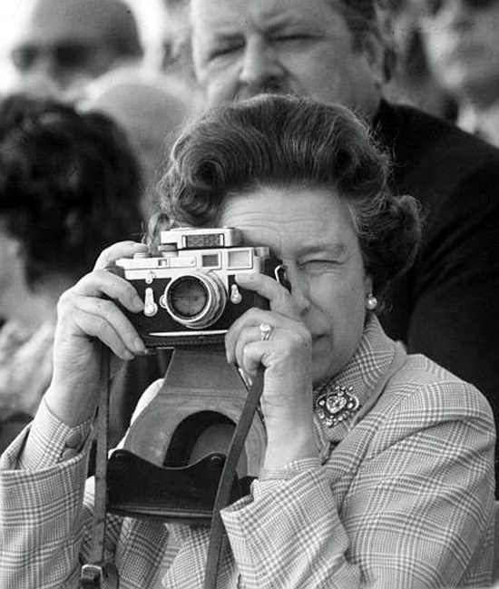 queen-elizabeth-II-leica-camera