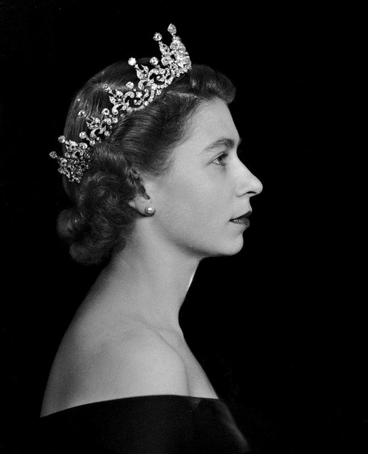 queen-elizabeth-II-portrait-crown