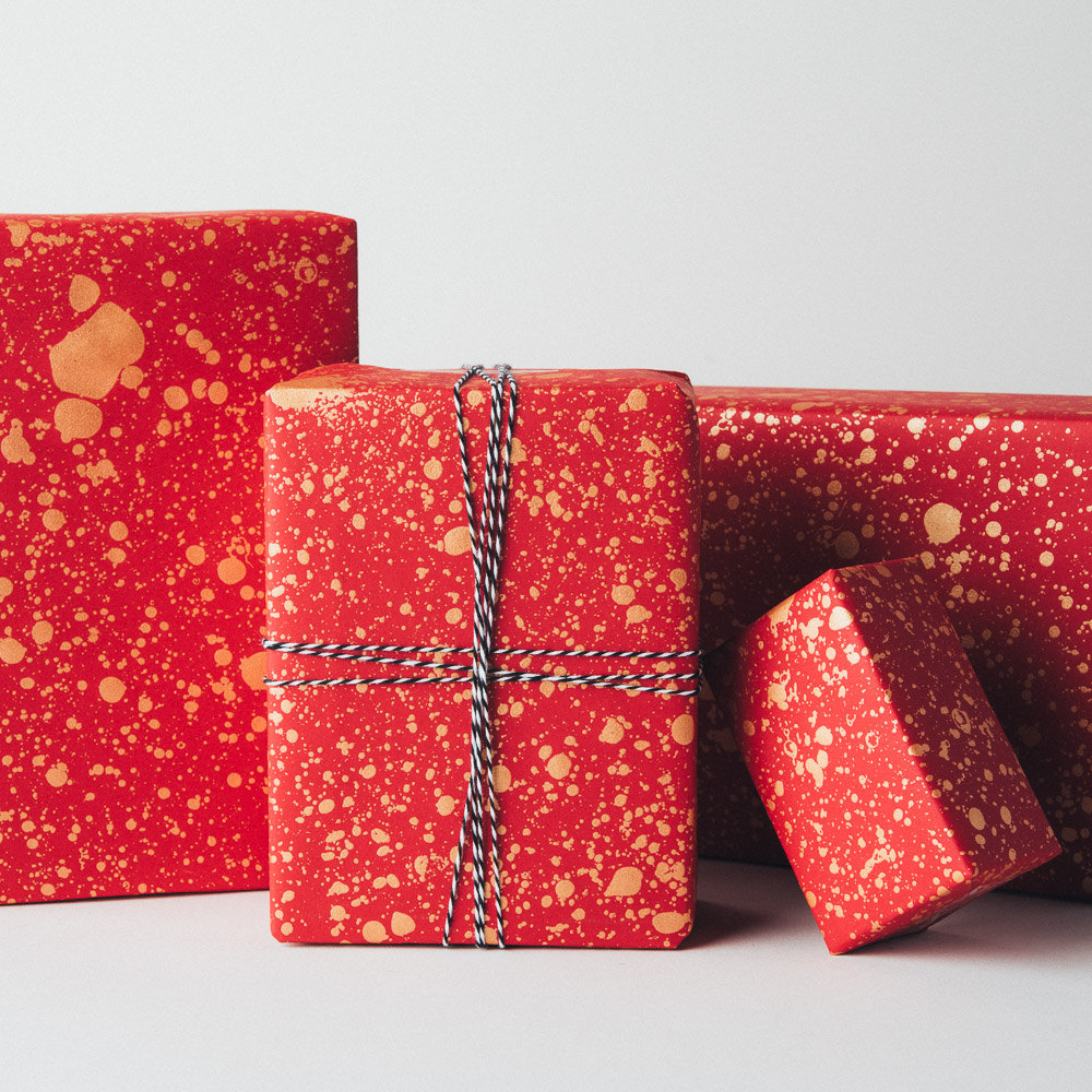 red-gold-splatter-drops-gift-wrapping-paper
