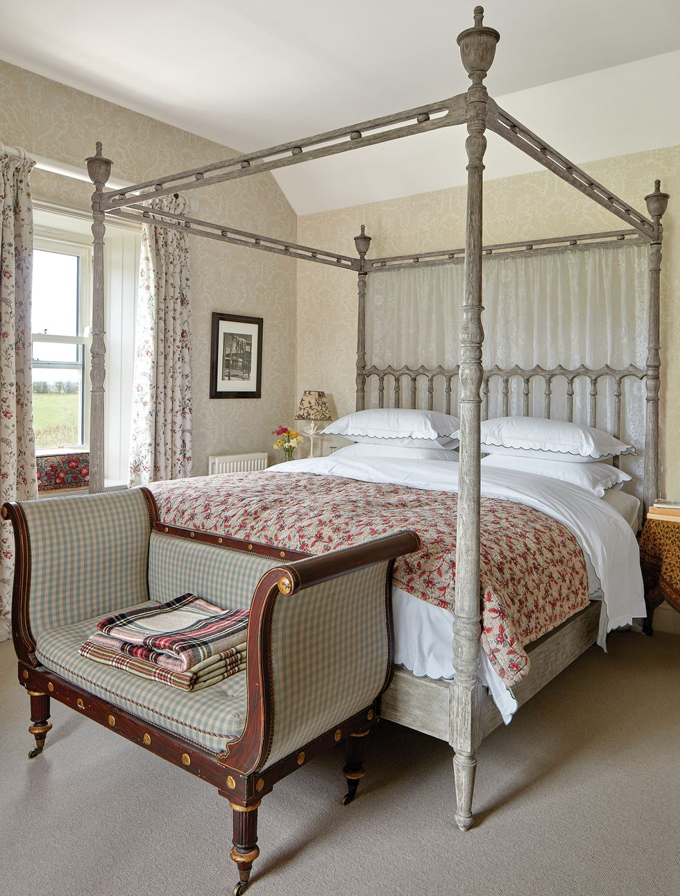 Picture of: Rita Konig Country House England Farmhouse England Master Bedroom Four Poster William Yeoward Bed Curtains Nicole Fabre Designs Elle Decor June 2019 Katie Considers