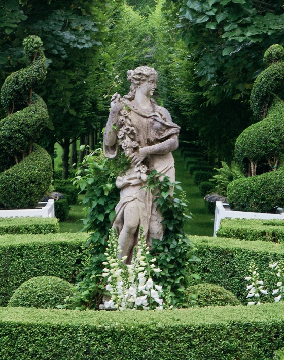 Design & Style: A Constant Thread by Carolyne Roehm Book Formal Garden Statue